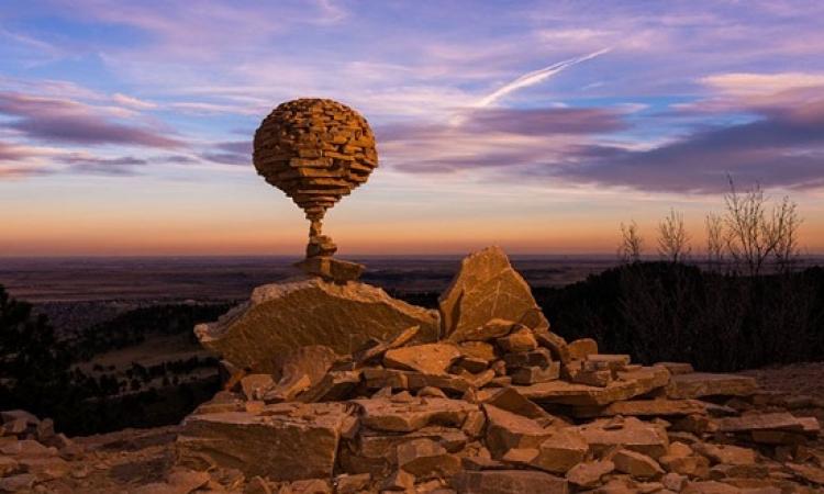 بالصور والفيديو … شاب يصنع أبراج من الصخور