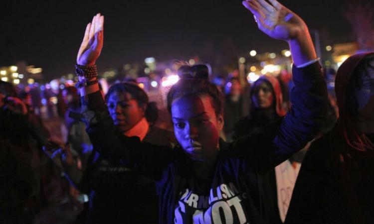 """أحداث """"فيرجسون"""" مازالت مشتعلة .. الشرطة تعتقل أكثر من 180 شخصاً"""