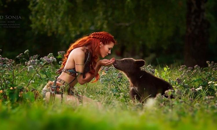 الفنون جنون .. روسية تصور موديلاتها الحسناوات مع حيوانات حقيقية مفترسة !!