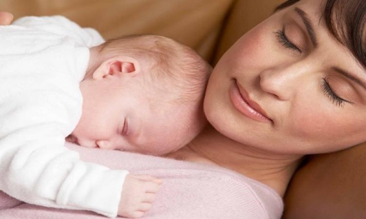 بالفيديو .. طفل حديث الولادة يتمسك بوالدته ويصرخ رافضا ابعاده عنها
