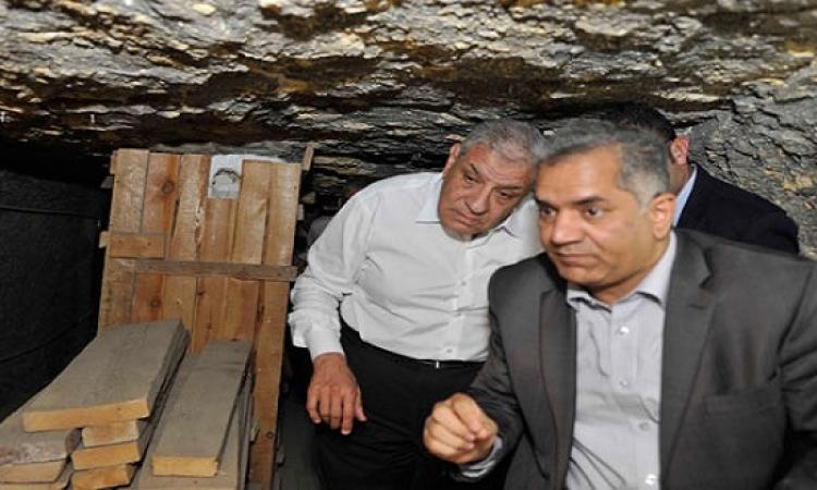 بالصور .. محلب ينزل لغرفة الدفن بهرم زوسر على عمق 28 مترًا للاطمئنان على حالة الهرم