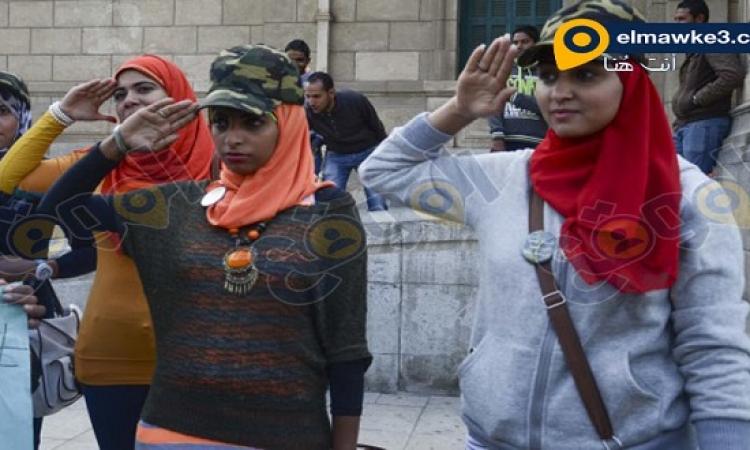 بالصور .. وقفة بنات مصر داخل جامعة القاهرة للمطالبة بالتجنيد في الجيش