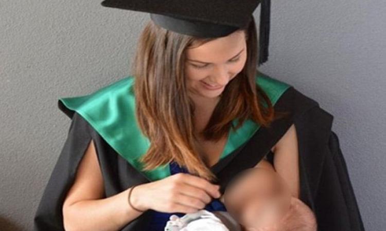الجامعة تنشر صورة طالبة ترضع ابنها فى حفل التخرج