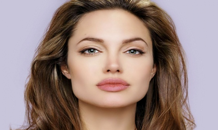 بالصور .. أنجلينا جولى كسبت حب فقراء العالم