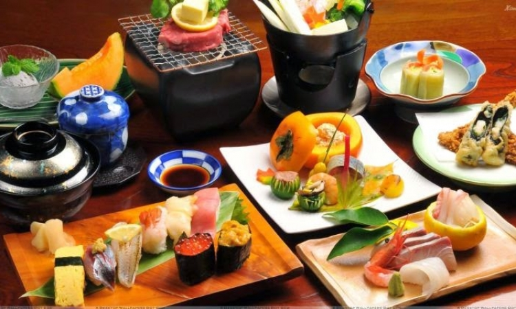 بالفيديو .. شاهد وانبهر بتقديم الطعام على الطريقة اليابانية