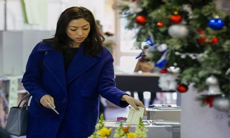 بالصور .. اليابانيون يتوجهون إلى صناديق الاقتراع فى انتخابات تشريعية مبكرة