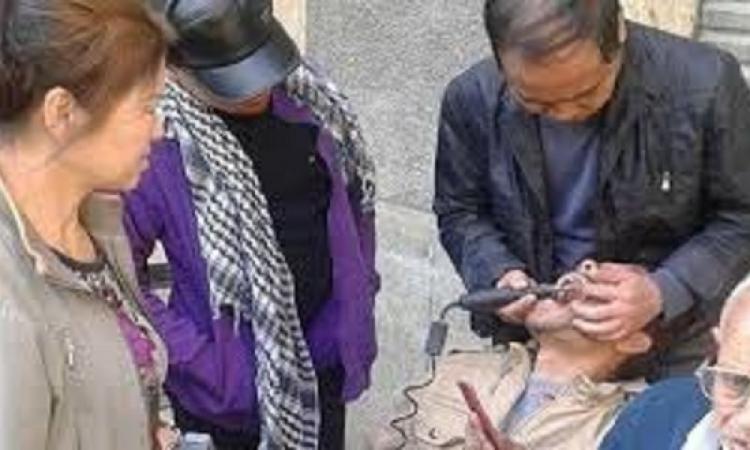 عمليات تركيب اسنان فى الشارع على يد صنيون
