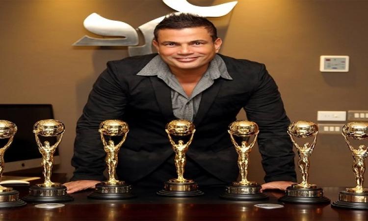 بالصور .. عمرو دياب يحصل على 4 جوائز فى حفل الموسيقى العالمية