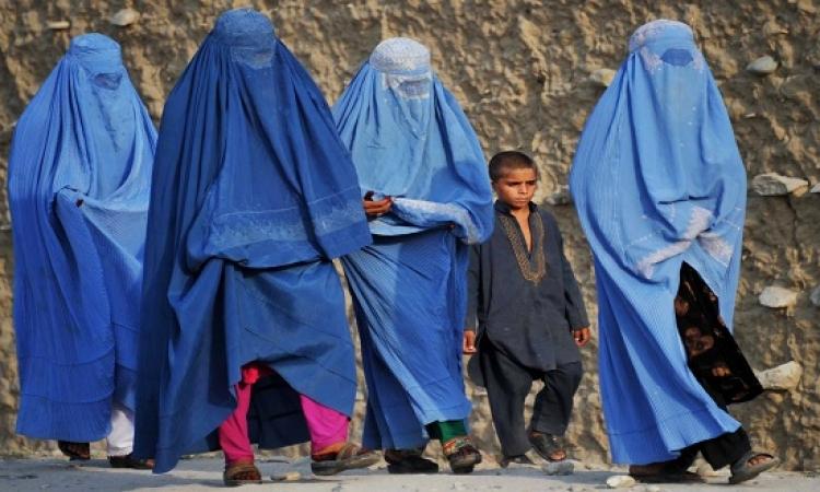 بالفيديو .. لغز الجريئة التى خلعت النقاب وسارت حافية بفستان قصير فى شوارع أفغانستان !!