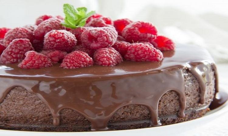 حلو اليوم .. كيك الشوكولاتة بالتوت اللذيذ