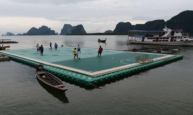 بالصور .. ملعب كرة قدم عائم يجذب آلاف السياح فى تايلاند !!