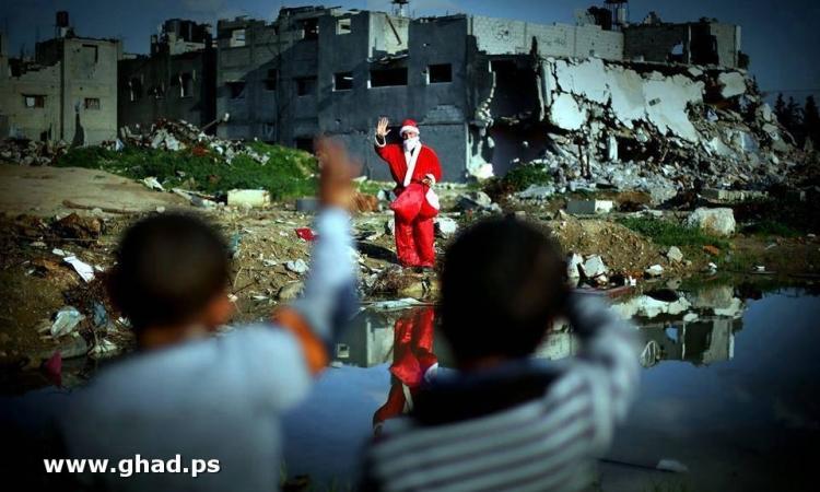 بابا نويل يحقق الأمنيات فى غزة ..ويتحدى الحطام