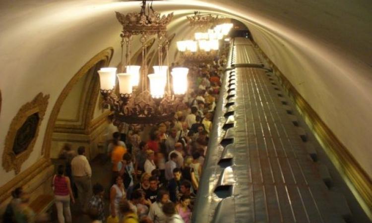 موسكو فى موقف محرج بسبب زوجان مارسا الجنس على قطبان المترو
