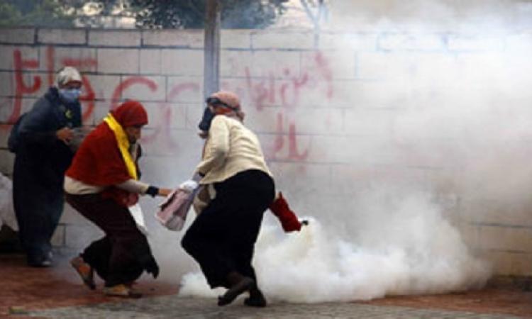 طالبة إخوانية بجامعة الأزهر تلقى قنبلة على مدرعات الأمن
