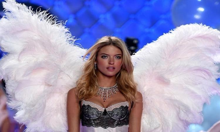 بالصور .. أجنحة  الطيور ترفرف على أكبر عرض للملابس الداخلية لعام 2014