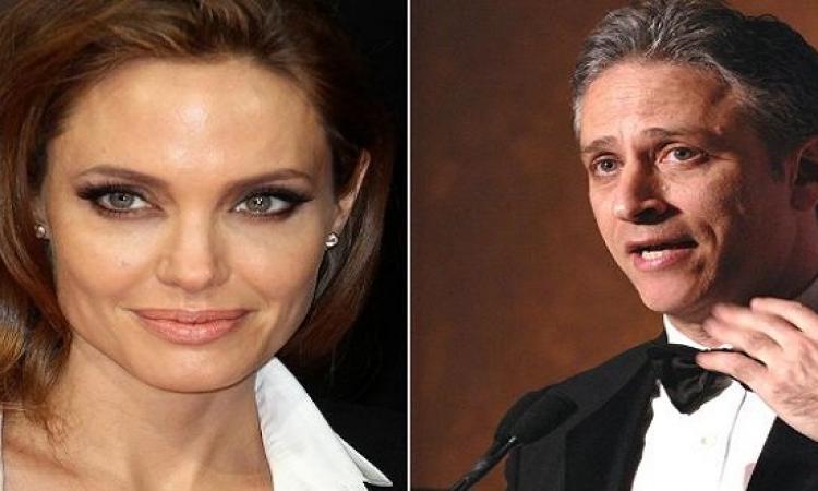 جون ستيوارت يغازل أنجلينا جولي .. كيف ؟!