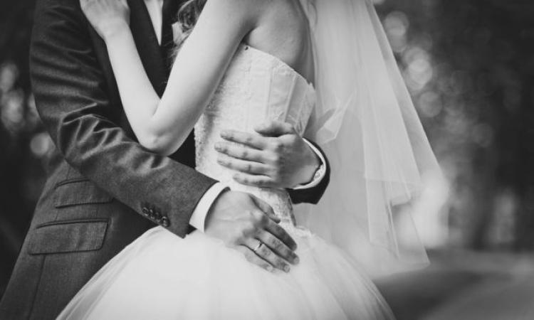 سيدات تزوجن برجال أصغر سنا على الرغم من نظره المجتمع لهم