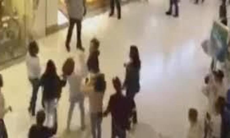 بالفيديو اتق الشر النساء إذا غضبن مشاجرة 1000 فتاة داخل سوق تجارى