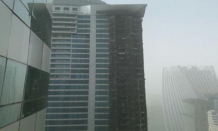 بالفيديو… النيران تأكل 20طابقا من برج سكنى بدبى