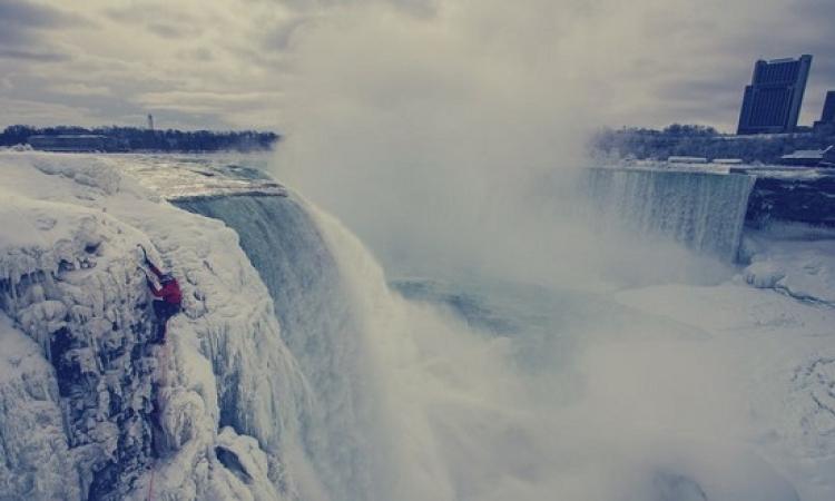 بالفيديو .. أول مغامر في العالم يتسلق شلالات نياجرا