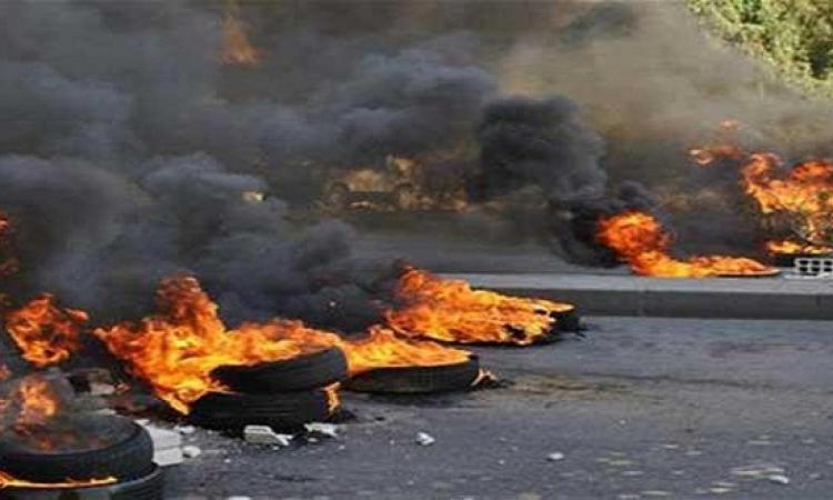 طلاب الأزهر يشعلون النار فى إطارات السيارات بشارع مصطفى النحاس