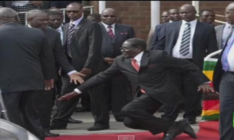 بالفيديو .. لحظة سقوط رئيس زيمبابوى على الأرض
