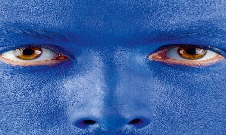 بالصور .. لوحة فنية بأندماج الالوان مع وجه الانسان