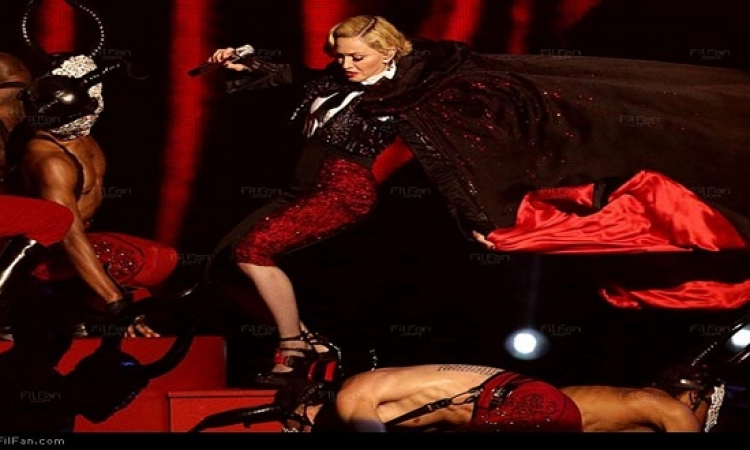 """بالفيديو.. مادونا تسقط على المسرح في """"بريت 2015"""""""