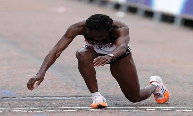 بالفيديو .. عداءة كينية بعمر 70 عاما تصر على إكمال السباق زحف بعد أن خارت قواها