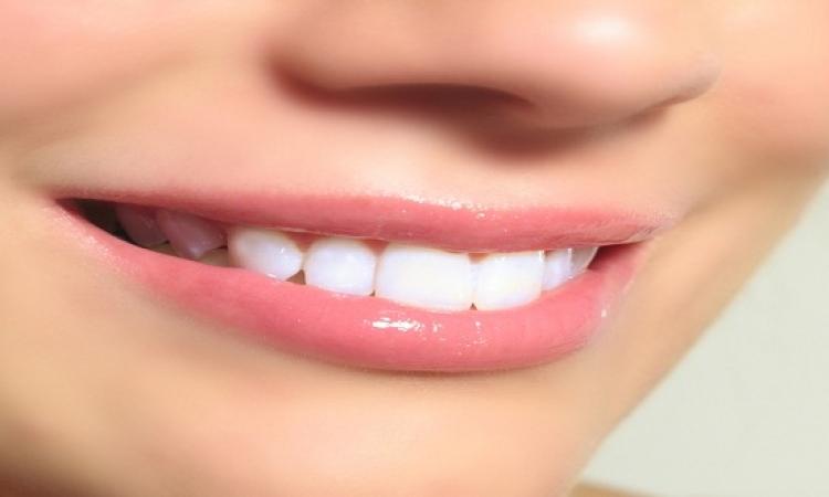 طبيبة تحذر من وصفات تبييض الأسنان على الإنترنت