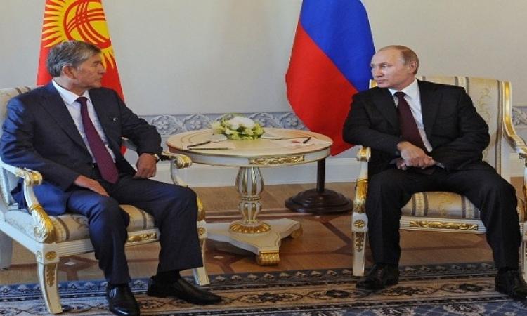 بالفيديو .. بوتين يظهر اخيرا ً ويسخر من شائعات مرضه