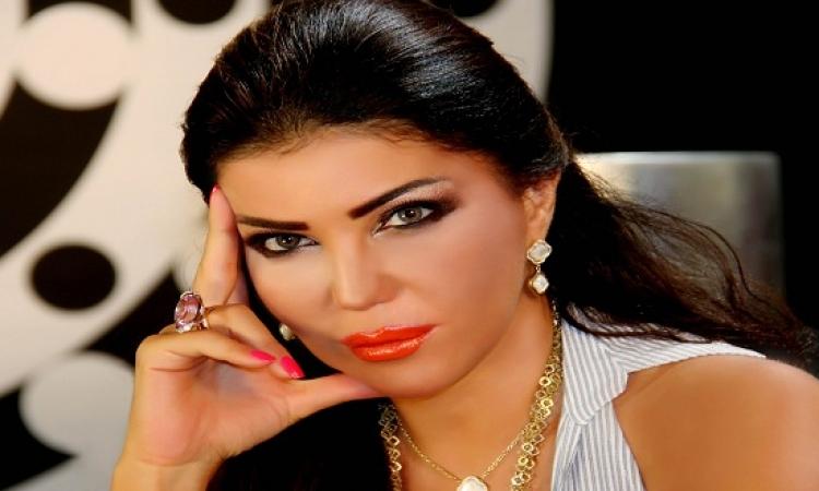 بالفيديو.. اشتعال النيران فى شعر المطربة مى الحريرى أمام جمهورها