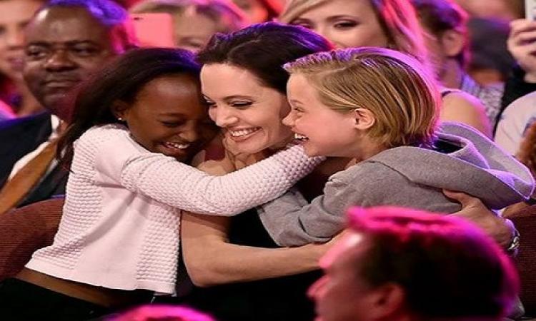 بالصور .. أنجلينا جولى تحصل على جائزة أفضل أم
