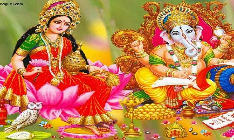 طفل بثمانية أطراف يجسد إله هندوسى وآلالف المصلين يتباركون !!