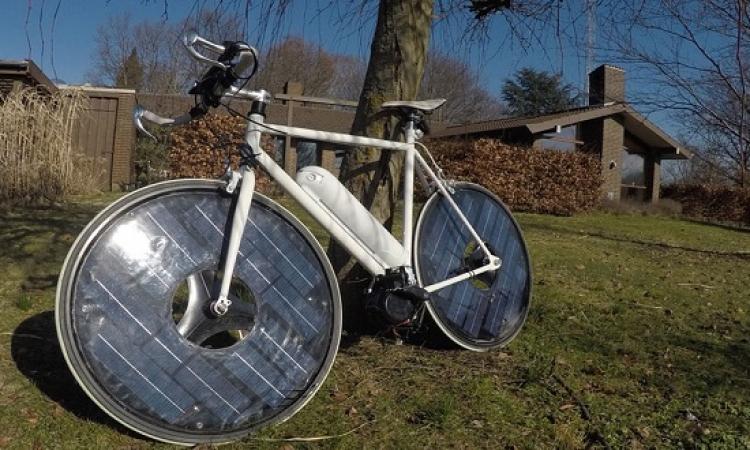 بالفيديو.. أول دراجة ذكية تعمل بالطاقة الشمسية .. لأ وإيه من غير ألواح !!