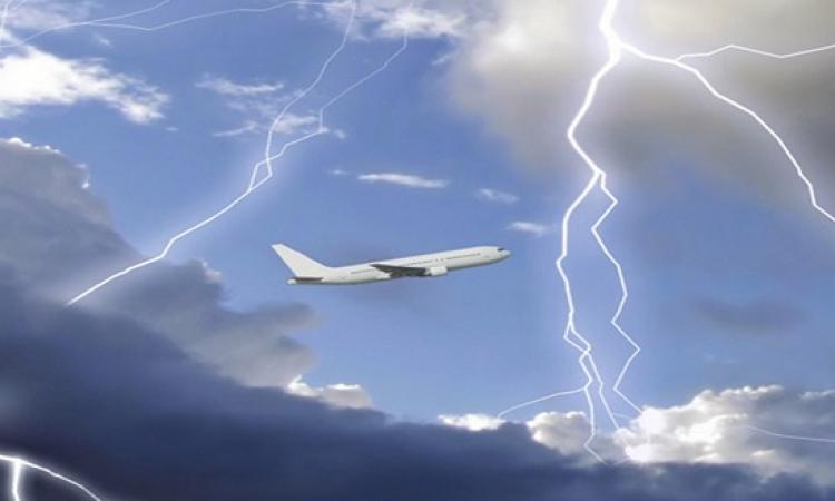 بالفيديو .. لحظات رعب عاشها ركاب طائرة خلال عاصفة رعدية