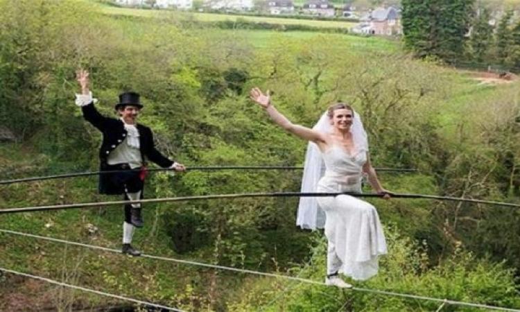 بالصور.. حفل زفاف على الحبال