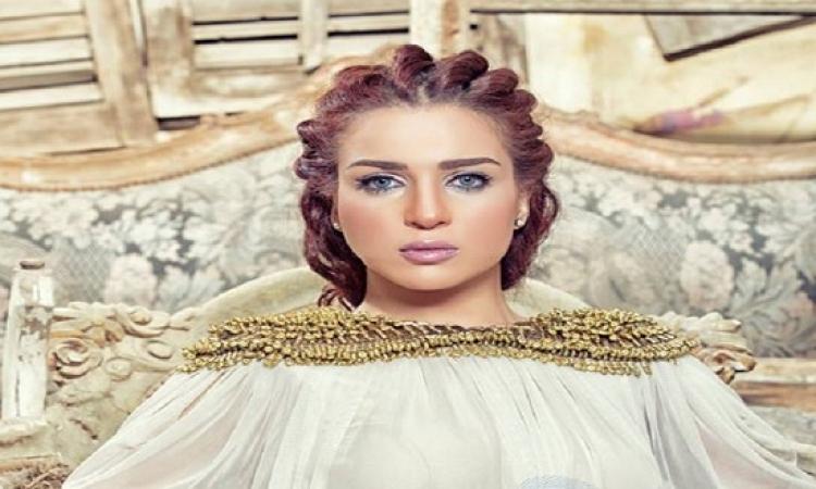 بالصور..مى عز الدين متألقة بالمصيف وبدون مكياج