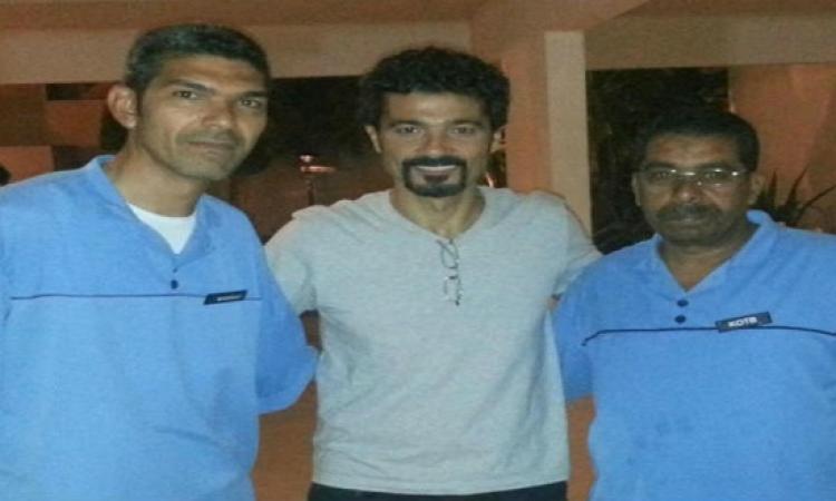 خالد النبوي ينشر صورة مع عمال النظافة تأكيدًا منه على أحترامهم