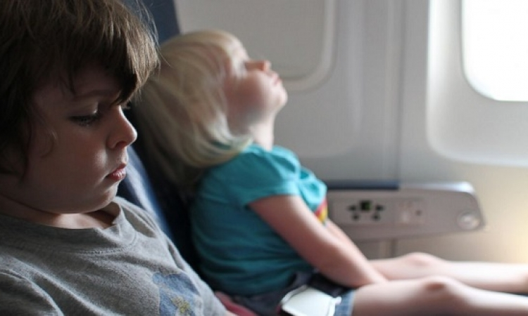 كيف تخففِ ألم أذنى الطفل على الطائرة؟