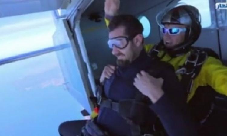 بالفيديو.. عمرو يوسف يسقط فى الهواء .. بس الحمد الله بخير!!