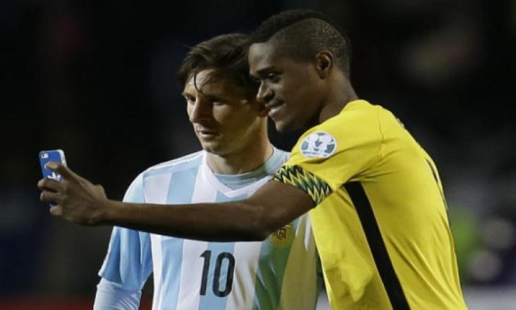 """بالفيديو.. """"براون"""" يلتقط صورة سيلفى مع ميسى خلال مباراة بكوبا أمريكا"""