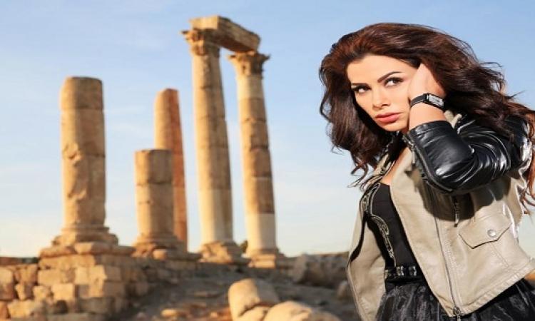 بالصور .. صبا مبارك تتألق بألوان مشرقة تبرز جمالها