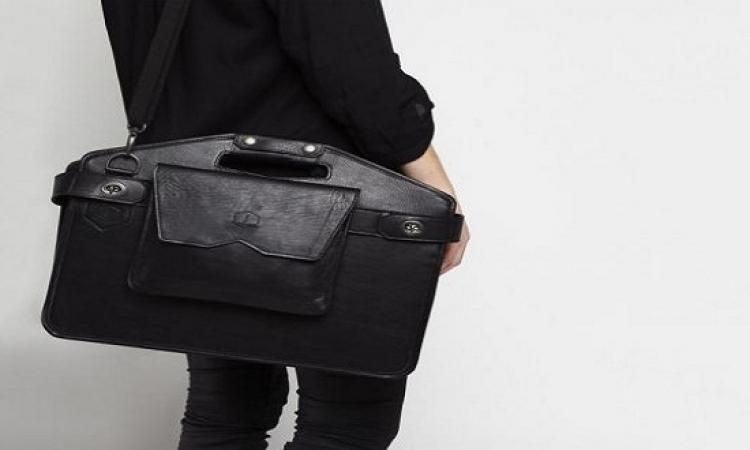 بالصور.. حقيبة تتحول لمكتب متنقل يسهل حملة