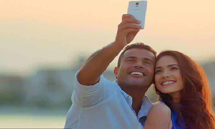 بالفيديو.. سيلفى عمرو دياب يشعل مواقع التواصل الاجتماعى