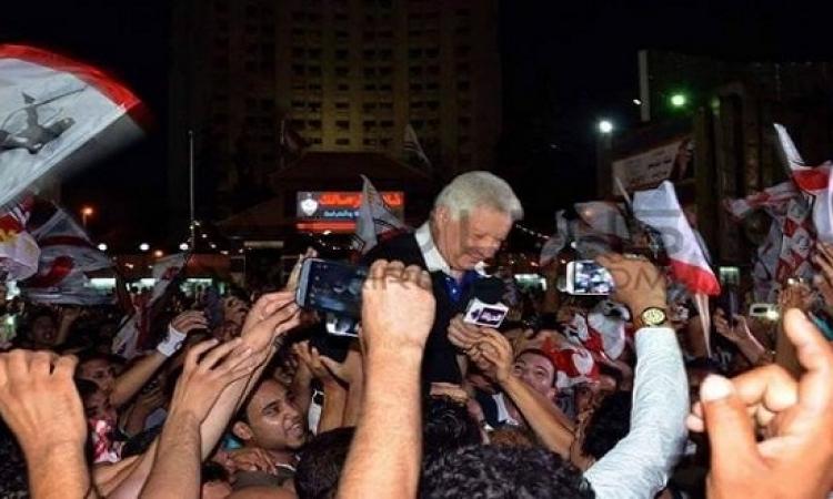 مرتضى منصور يلتقط صورًا مع المعجبين فى جلسة توفيق عكاشة