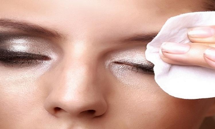 6 أضرار للنوم بالمكياج أبرزها الالتهابات والطفح الجلدى
