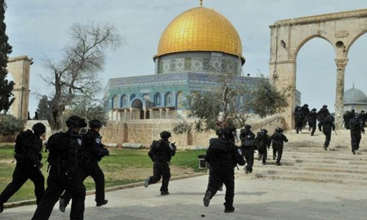 الشرطة الاسرائيلية تقتحم المسجد الأقصى لطرد فلسطينيين تحصنوا داخله