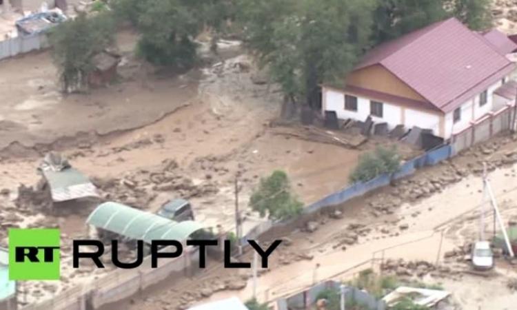 بالفيديو.. الطين يجتاح كازاخستان ويشرد المئات