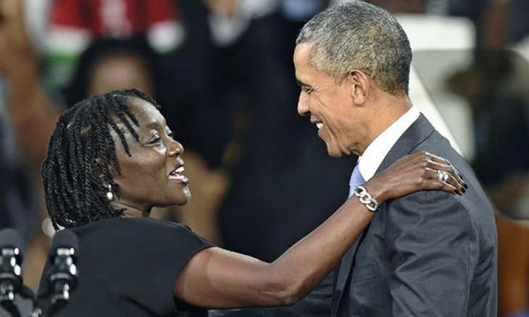قبلات وأحضان وضحكات ترحبيب بأوباما من اخته وأهلهما بكينيا